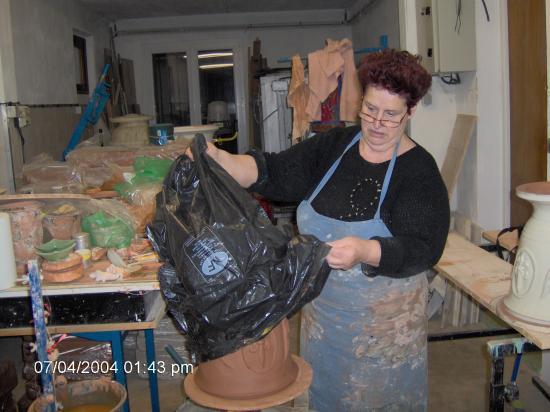 Le vase d'Anduze est protégé du désèchement en l'envelopant dans un sac plastique