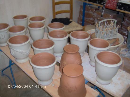 planche de petits vases d'Anduze qui on été tourné traditionellement sur le tour